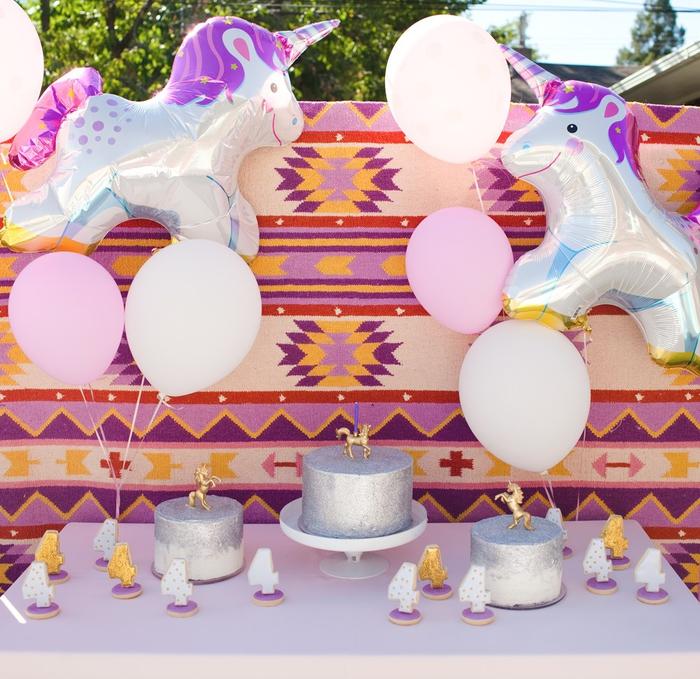 idée pour une jolie déco de buffet d anniversaire licorne en plein air avec des ballons géants aluminium et des motifs aztèques colorés en toile de fond