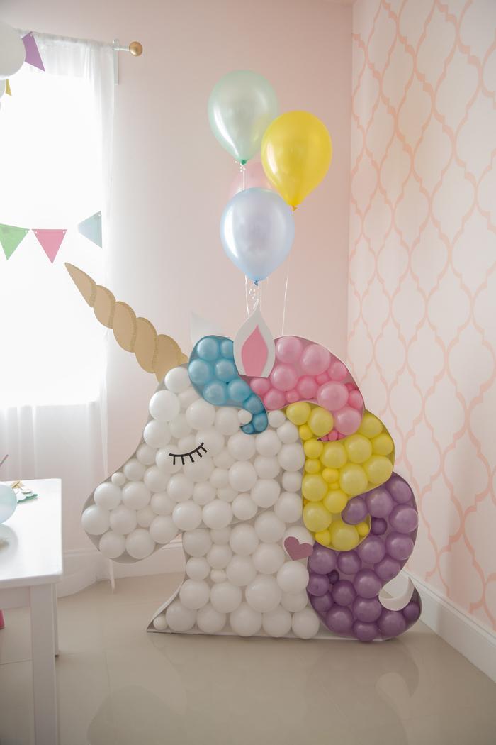 déco originale avec un objet licorne personnalisé en forme de tête de licorne réalisé avec des ballons pastel et un corne en papier