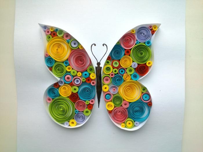 papillon en filigranes colorées, facile à créer tout seuls, apprendre à faire du quilling