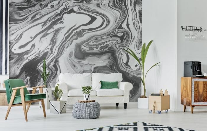 salon aménagé en couleur blanc et noir avec touches vertes, déco murale en papier peint noir et blanc à design marbre