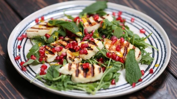 salade au poulet grillé à la sauce moutarde et grenade pour un repas entre amis facile, manger sain et facile