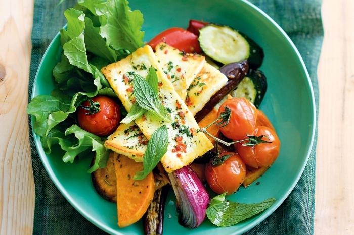 recette rapide pour le soir, salade au fromage avec légumes grillés aubergine poivron tomate cerise et salade verte
