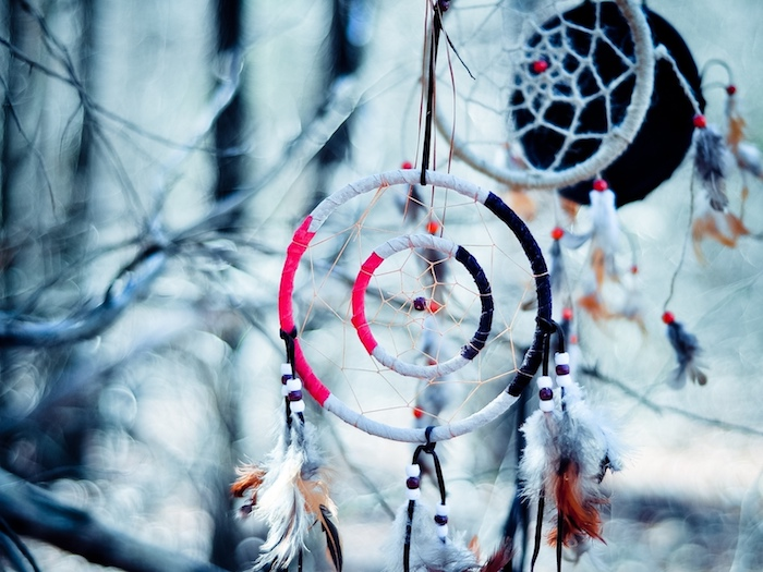 fabriquer un attrape reve deux cercles enveloppés de tissu rose, noir et blanc, deco de plumes et filet
