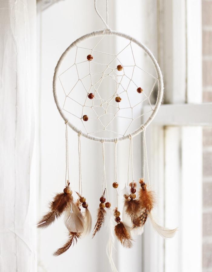 attrape reve fait main, cercle et filet blanc, plumes marron et petites perles en bois, déco murale chambre