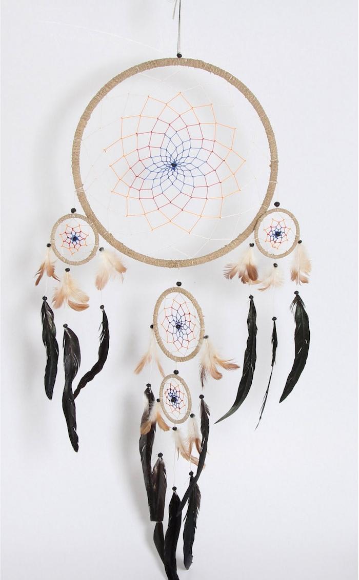 modele d attrape reve geant, un grange cerceau et quatre petits, deco de plumes noires et marron, perles bleues