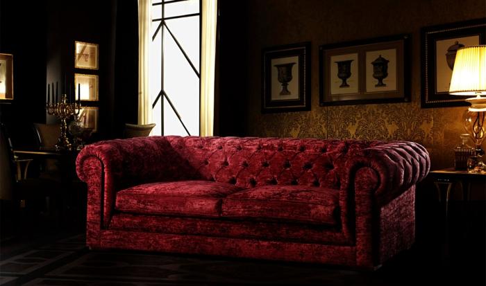 sofa rouge capitonné, papiers peints ocre, lampe de table abat-jour, porte style japonais