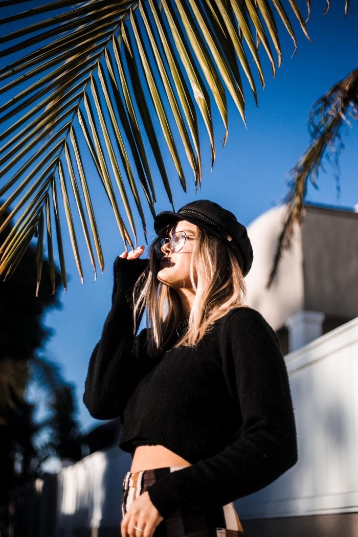 comment bien s'habiller en look total noir avec casquette noire et blouse crop noire, meches blondes sur brune