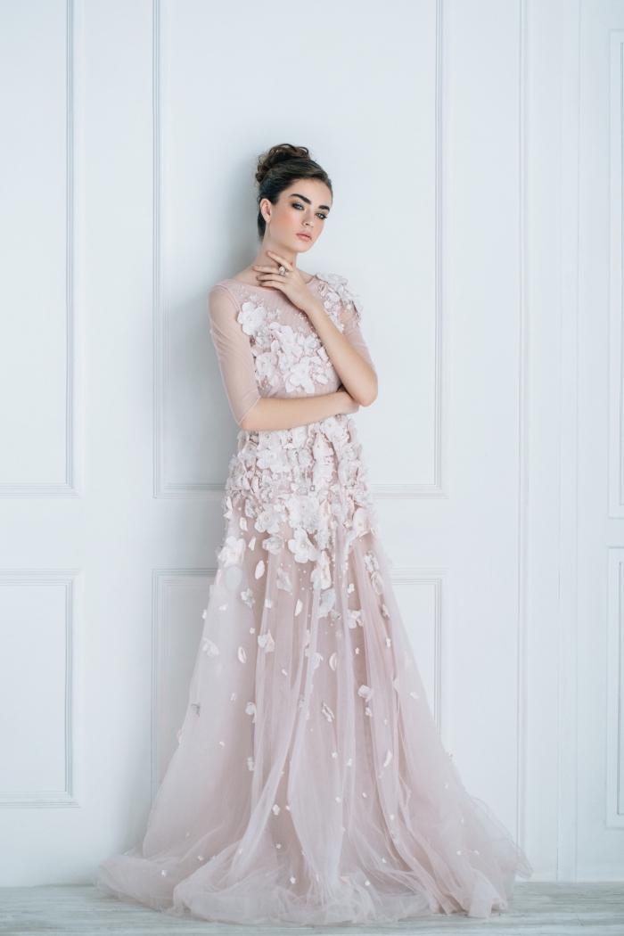 modèle de robe de soirée rose pâle à volant et avec décoration en fleurs à effet 3D