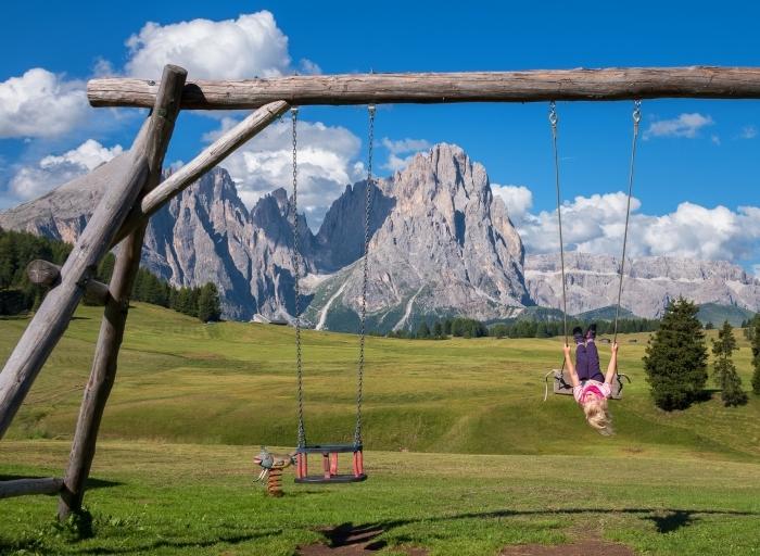 paysage naturel pour un fond d écran jolie vue, photo de champs et rochers avec un balançoire de bois pour les enfants