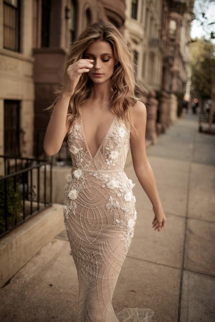 modèle de robe longue à design nude aux lignes géométriques avec décoration florale à effet 3D blanches