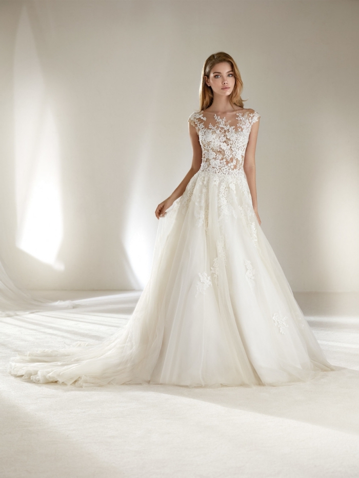 robe de soirée longue pour mariage blanche avec haut transparent en dentelle blanche et jupe en tulle et volants