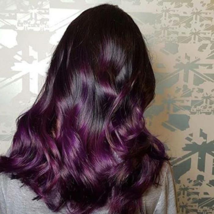 couleur de cheveux lumineuse, gradation de la couleur du noir au pourpre