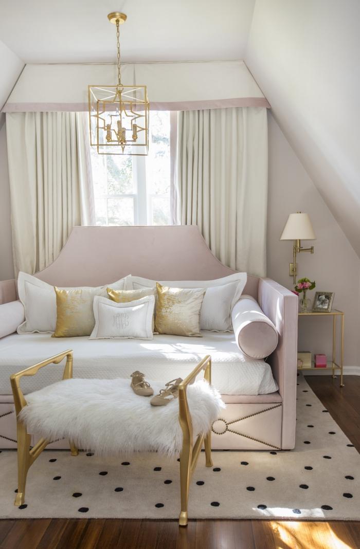 déco de chambre romantique aux murs blancs avec cantonnière beige et rose, modèle de lit à tête rose pastel