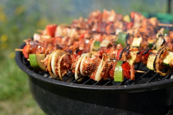 quoi manger ce soir vite fait, idée recette pour un dîner barbecue entre amis, brochettes au porc et oignons