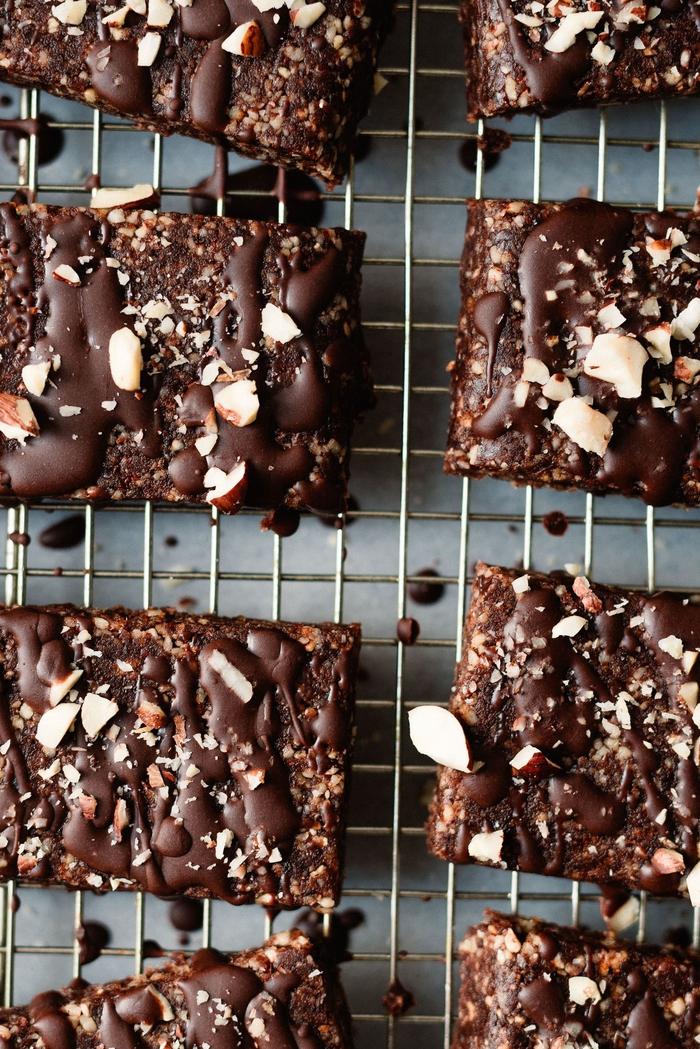 idée dessert énergétique vegan saveur nutella, recette de barres énergétiques sans cuisson aux noisettes, dattes et cacao et a