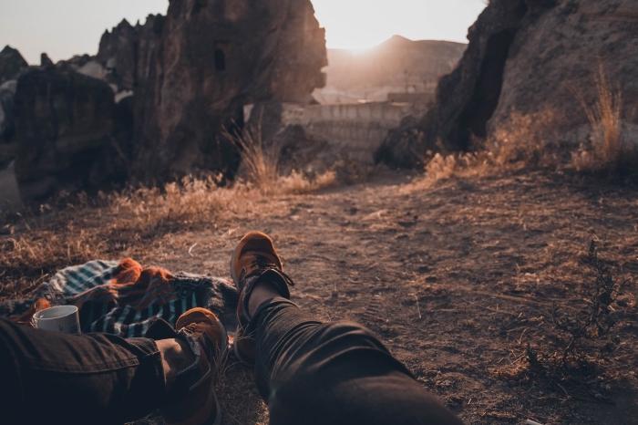 fond ecran gratuit pour ordinateur ou laptop, prendre café de matin dans la nature, photo au lever du soleil dans les montagnes