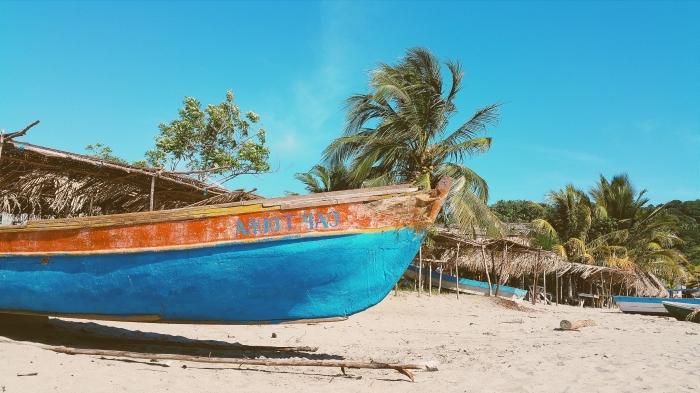 fond d écran gratuit de plage, idée photo d'écran avec plage au sable doré et bateau turquoise à fond de palmiers