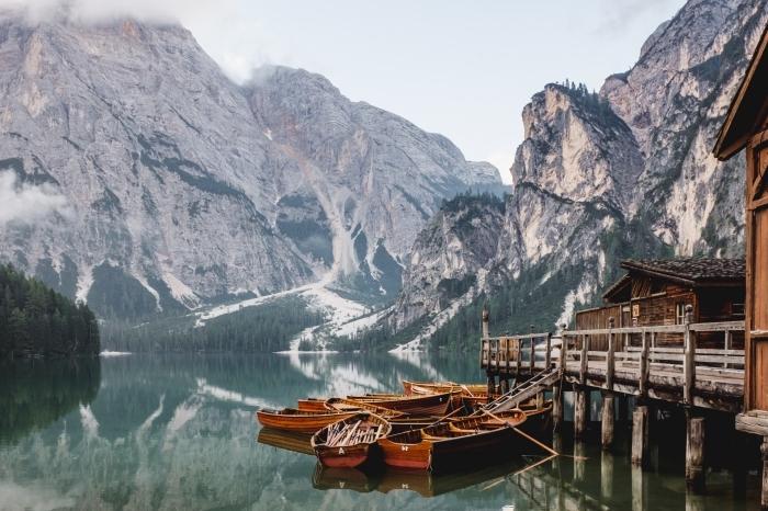 image de la nature pour un fond ecran gratuit, photo d'un lac au coeur des montagnes avec pont et maison de bois