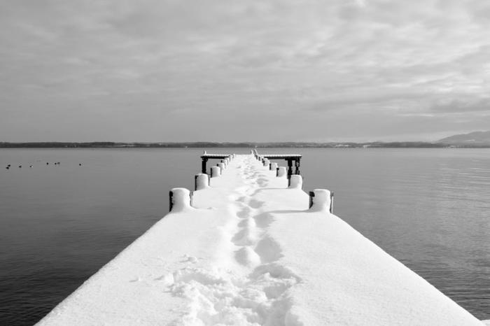 fond ecran paysage, beau paysage, paysage mer, pont recouvert de neige qui entre dans la mer, ciel nuageux, photo en noir et blanc