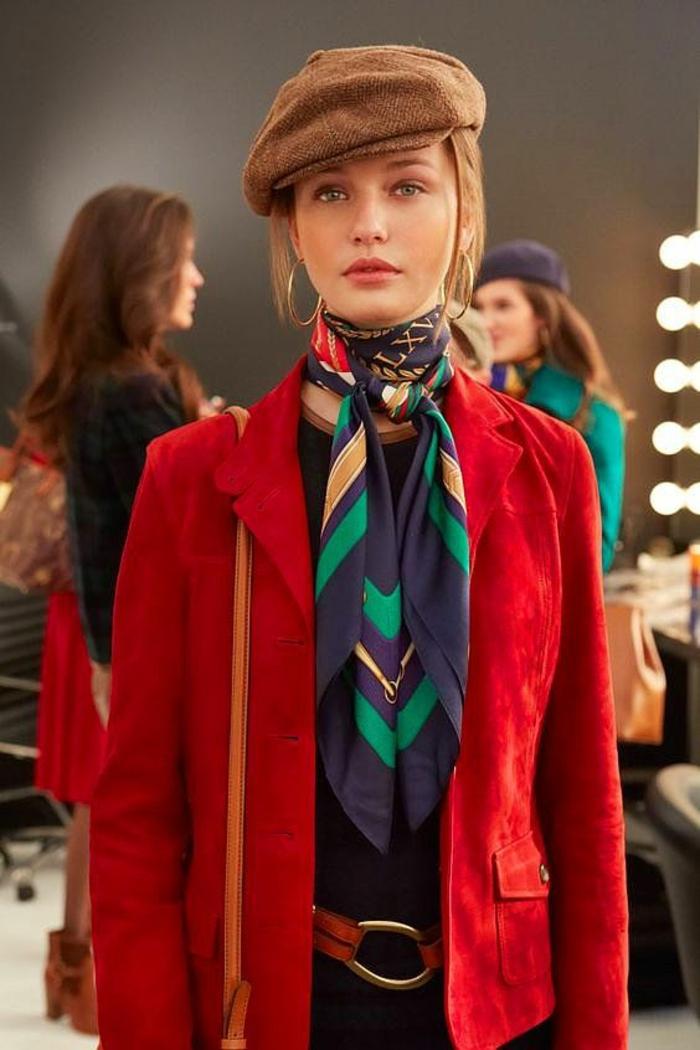 tenue chic avec veste en rouge vermeille, casquette en marron clair, écharpe en bleu et vert, sac bandoulière en orange, look haut en couleurs