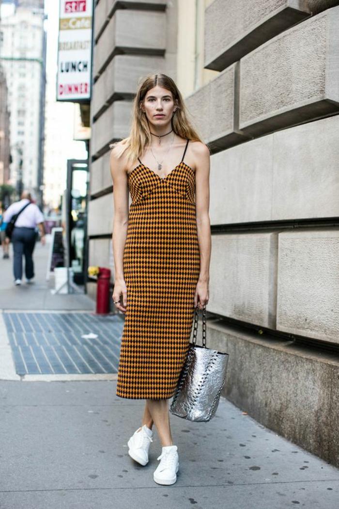 casual chic femme, robe aux carreaux couleur moutarde et noir, bretelles fines, grande sacoche en couleur argent, baskets blanches, bien habillée