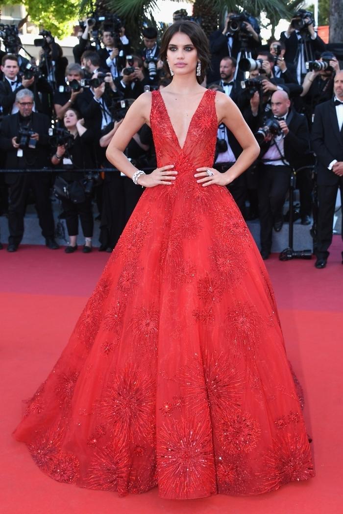 vision romantique de Sara Sampaio avec une robe de princesse à décolleté en v avec bretelle et bas large aux motifs floraux rouges