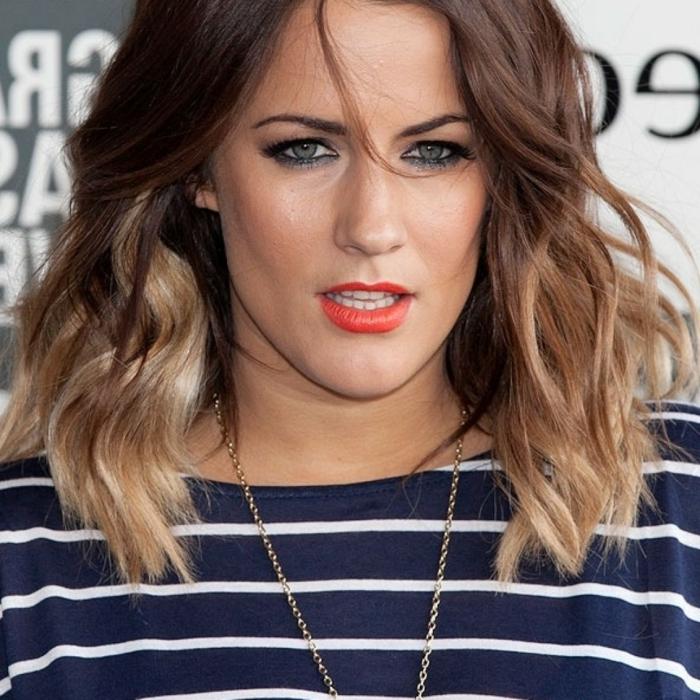 blouse rayée, ombré hair brune, cheveux wavy avec les pointes éclaircies
