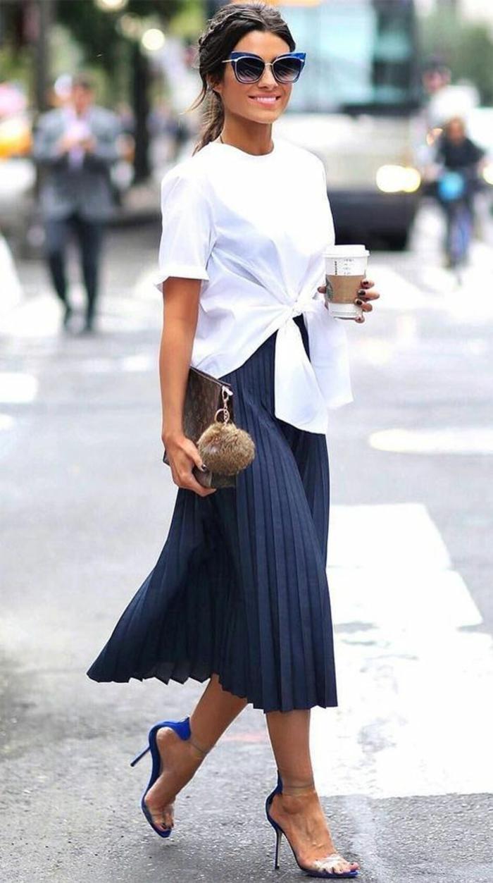 jupe plissée en bleu marine, sandales talon aiguille, tenue de fête femme, casual chic femme, blouse blanche retroussée devant aux manches courtes