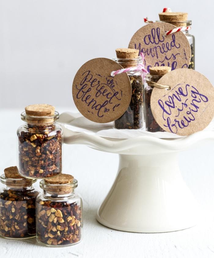 idée cadeau mariage pas cher, petit bocal de verre remplies de noix ou de graines avec bouchon de liège et étiquette