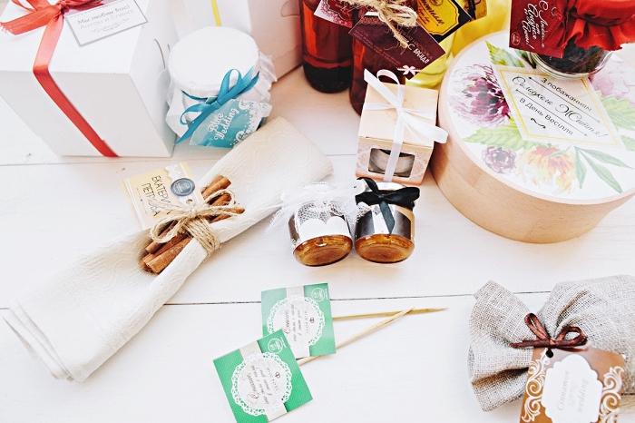 decoration mariage avec produits cosmétiques et d'aromathérapie, emballage cadeau invité avec papier et ruban