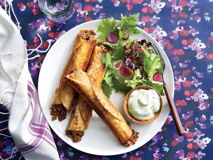 recette facile au boeuf rôti et légumes, tortillas de mais rempli de boeuf et poivron avec garniture de salade verte