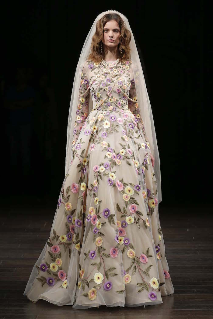 modele de robe de mariée originale boheme chic fleurie avec voile