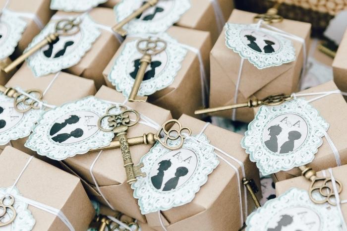 idée comment faire un emballage original des cadeaux, surprise invités au mariage avec clé décoratif et papier recyclé