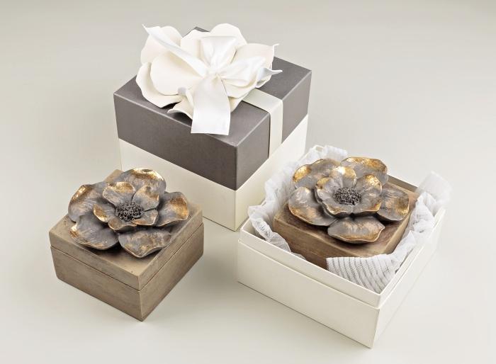 cadeau invité avec emballage stylé dans une boîte de carton blanche et ruban blanche, souvenir boîte à bijoux en forme fleur