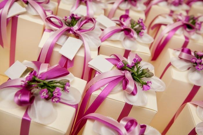 idée comment faire un emballage original des cadeaux pour les invités au mariage avec rubans rose et petites fleurs