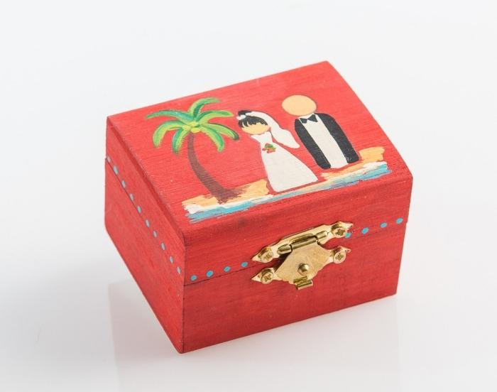 felicitation mariage avec cadeau pour les invités, modèle de boîte à bijoux peinte en rouge avec dessin couple amoureux