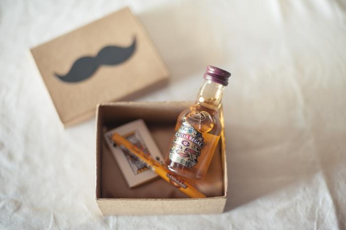 idée quel cadeau offrir aux invités mariages pour homme, mini boîte de carton avec mini bouteille et cartes