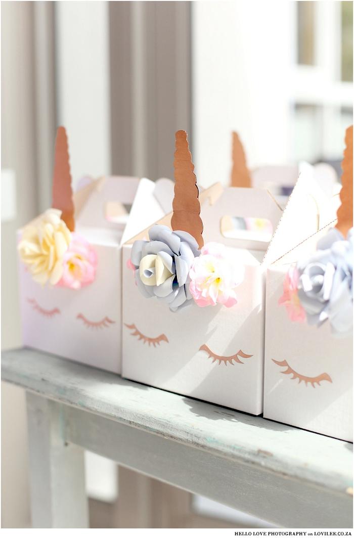 joli objet licorne personnalisé à offrir comme cadeau d'invités, boîte de cadeaux personnalisée avec fausses fleurs, cils et corne de licorne