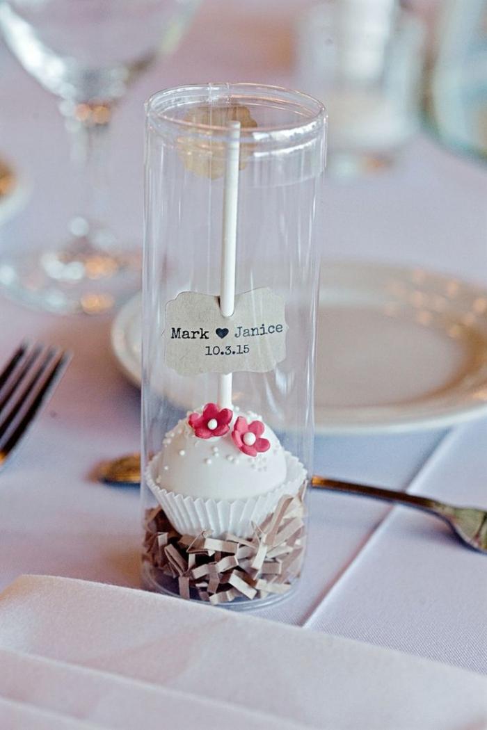 petit cadeau original avec bonbon et étiquette de prénoms et date de mariage, idée cadeau pour les invités