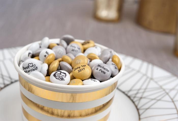 idée originale pour un cadeau mini, différents modèles de pierres colorées avec dessins et lettres