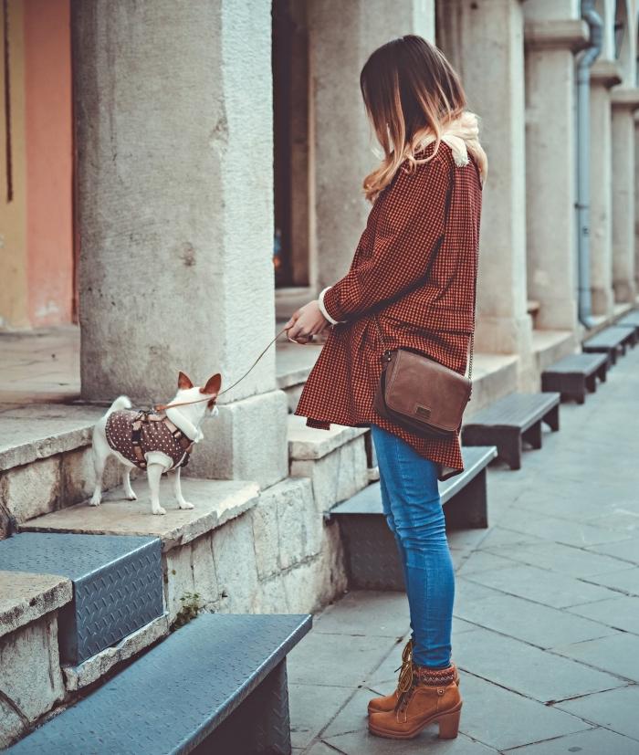 tenue chic en jeans combinés avec manteau capuche faux fur et bottines à talons haut de couleur camel, coiffure cheveux longs ombré