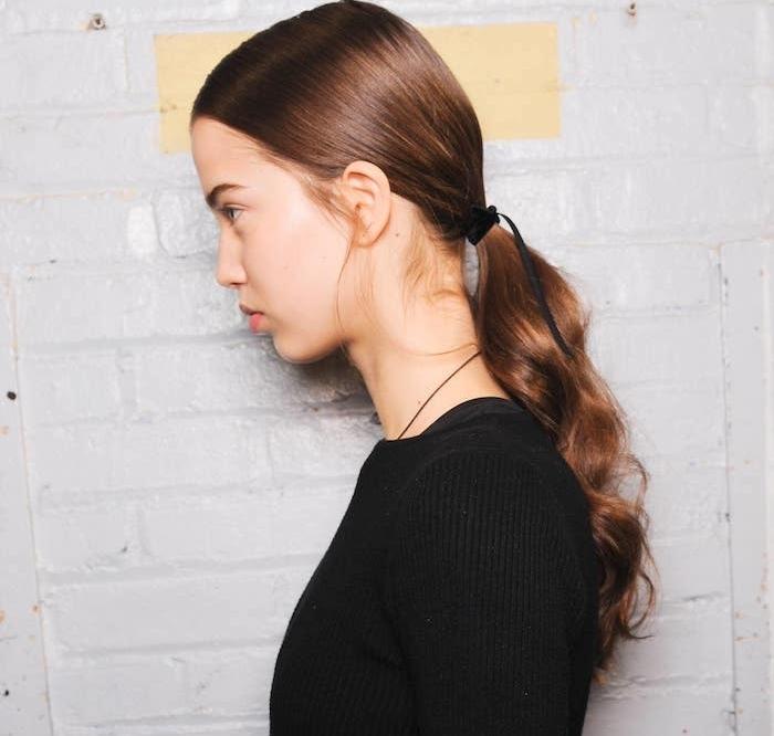 queue de cheval longue avec des ondulations façon wavy, idée de coupe de cheveux bouclés simple