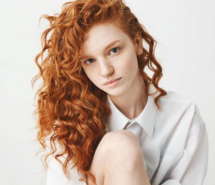 idée coupe de cheveux frisés naturellement, coloration rousse, coiffure rebelle mèche sur le coté