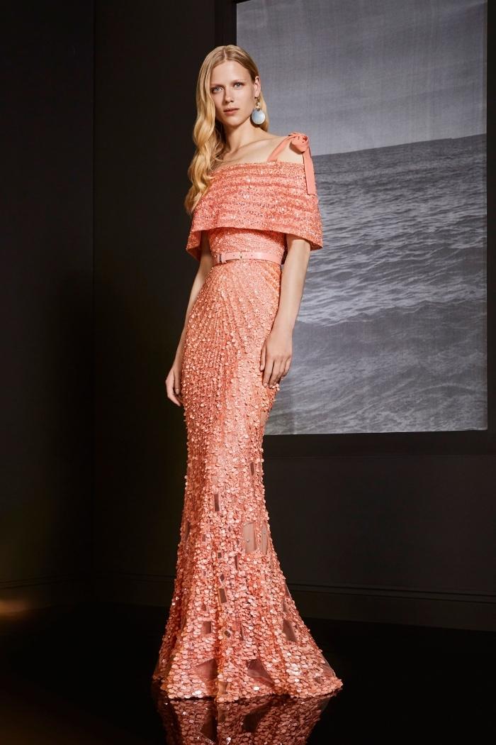modèle de robe longue élégante de couleur corail avec bretelle et ceinture à longueur sol et effet brillant