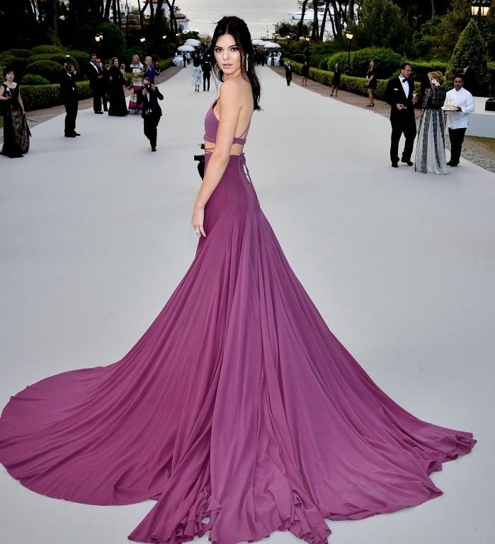 Kenny Jennifer en robe de soirée chic et tendance longue à deux pièces de couleur rose avec volants et corset