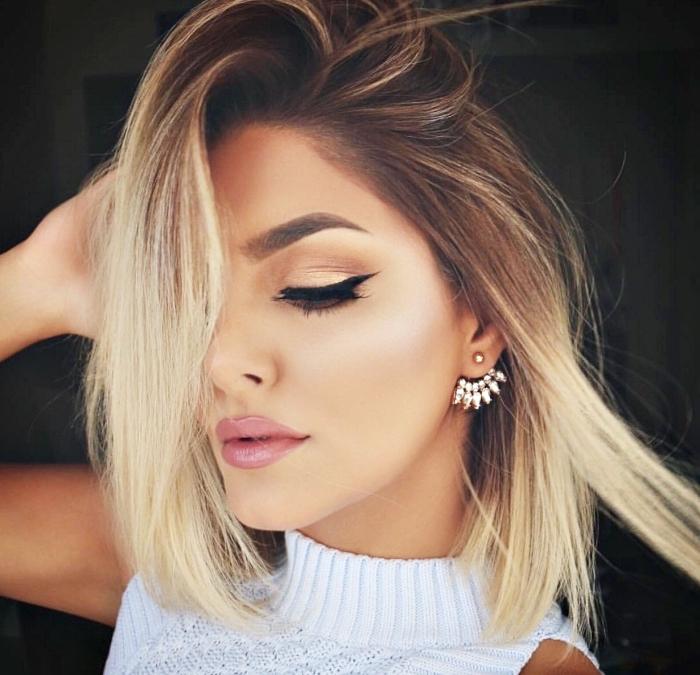 coupe de cheveux mi-longs et raids avec coloration en technique ombré aux pointes blondes, maquillage avec eye-liner noir et fards à paupières dorés