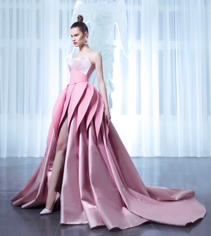 modèle de robe originale de couleur rose avec volant et bustier en rose pale à combiner avec paire de chaussures à talons