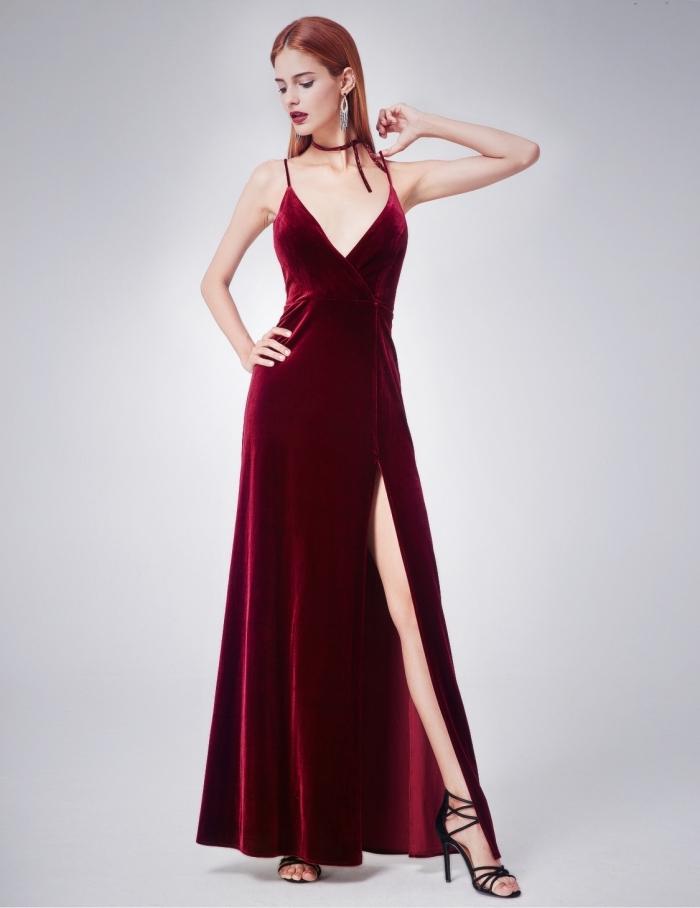 exemple de belle robe de soirée sexy à design long avec décolleté en v et bretelle décorée de chocker fin bordeaux