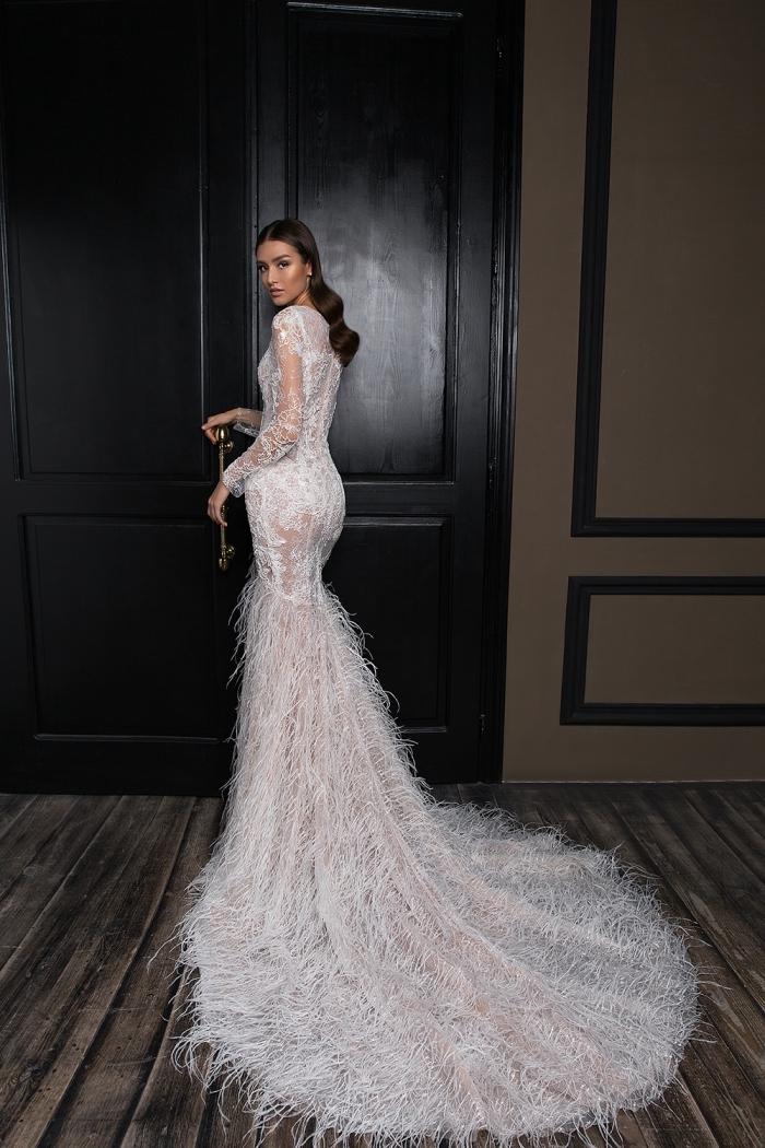 robe de soirée longue pour mariage avec dentelle et plumes sur la traîne, robe tendance 2018 blanche pour mariage