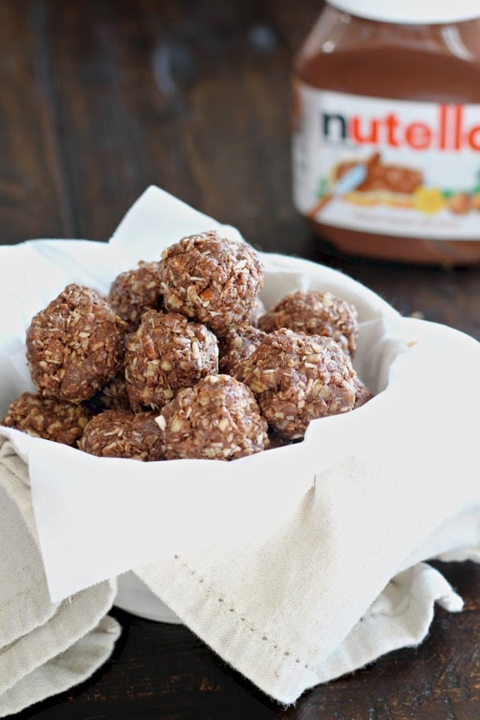 idée dessert sans cuisson très facile à réaliser, recette de boules d'énergie au nutella, sirop d'agave, noisettes et noix de coco